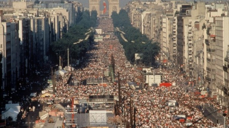Love Parade, Берлин 2,5 млн.души присъстват на най-известния електронен музикален фестивал след падането на Берлинската стена. Това е най-посещаваното от серията събития, които се организират в Германия от създаването на фестивала през 1989-та година