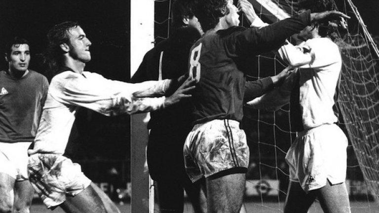 """ЦСКА смъква Аякс от върха  До началото на 70-те никой не брои Холандия за голяма футболна сила. Докато обаче гледа един мач по ръгби, треньорът на Аякс Ринус Микелс решава да приложи този тип движение на играчите и във футбола. Така се ражда """"тоталният футбол"""", който буквално премазва съперника. За целта Микелс ангажира най-подходящите футболисти, повечето брадясали дългучи. Сред тях и Йохан Кройф, син на чистачката на стадиона. Аякс на Микелс и наследилия го румънски специалист Щефан Ковач печели три пъти поред КЕШ (1971, 1972, 1973), като последните два трофея са изкопчени в люти битки с Интер и Ювентус. Краят на шампионската серия на Аякс в Европа настъпва на 7 ноември 1973 г. на стадион """"Васил Левски"""" в София. Макар и загубил първия двубой в Амстердам с 0:1, отборът на българската войска ЦСКА стига до велика победа с 2:0 след продължения. С втория гол на никому неизвестната резерва Стефан Михайлов ерата на Аякс приключва. Важно е да се отбележи, че в този мач не играе Кройф, трансфериран в Барселона няколко месеца по-рано."""