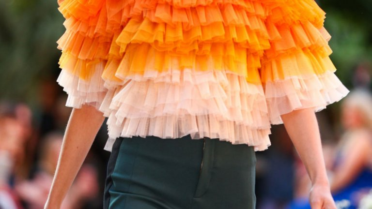 Портокалова кора (Orange Peel) И оранжевото почти неизменно присъства в пролетно-летните тенденции през последното десетилетие. Не отстъпва и тази година.   Модел на Марсел Остертаг от Берлинската седмица на модата през юли 2019 г.