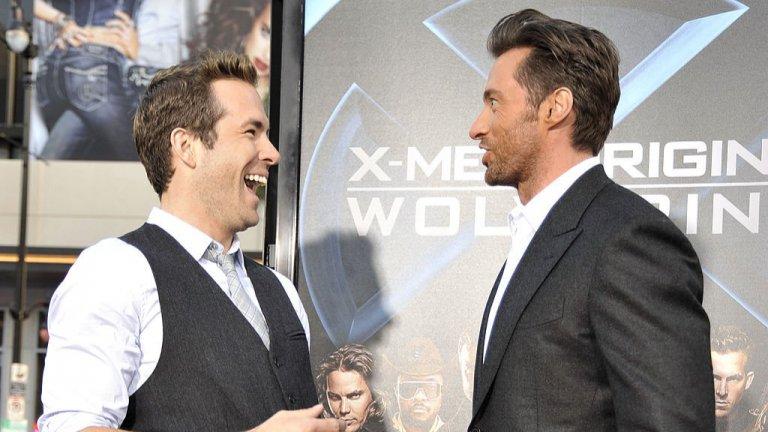 """Едно епично приятелство с Хю Джакман  Макар да са работили заедно само по X-man Началото: Върколак"""" през 2009 г., в реалния живот Хю Джакман и Райън Рейнолдс са много близки. И обичат да се шегуват един с друг. Всъщност приятелството им прераствав истински забавна война в социалните мрежи през последнитегодини. В един от случаите, докато Джакман е на турне, представяйкифилма си """"Най-великият шоумен"""", в даден момент се обръща към публиката с думите: """"Любопитно ми е дали Райън Рейнолдс може да направи нещо подобно"""". А после сериозно моли: """"Не публикувайте това, защото за 10 секунди ще имам поне 3 млн. туита от него"""". Разбира се, това стига до Рейнолдс, който излиза в драматично видео: """"Исках да ти честитя рождения ден, но... после видях какво си казал. Беше болезнено!"""". Следва откъс от песента Happy Birthday, изпята лично от Рейнолдс, сякаш истински страда от думите на приятеля си. И както подобава на един актьор, той е адски убедителен и в избухването след това: """"По дяволите Хю, дори не съм ходил на тренирам професионално за това изпълнение"""" (разбирайте - подготвял съм се много време, но няма да ти го кажа, защото съм обиден)""""."""