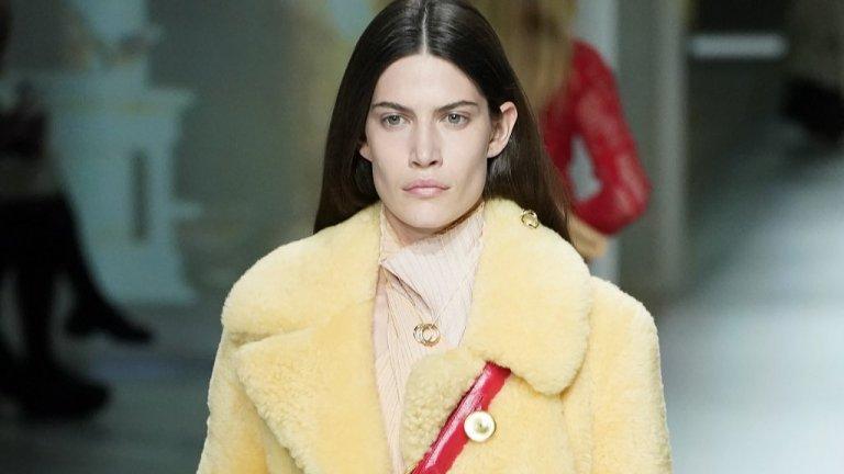Ако е пух, нека е светъл  За да носим палто, отдавна не е нужно невинно животно да плати за това. Дали ще изберете еко, или естествена кожа, е въпрос на личен избор. Въпросът е, ако изберете пухено палто, то да е светло, по съвета на модните експерти.