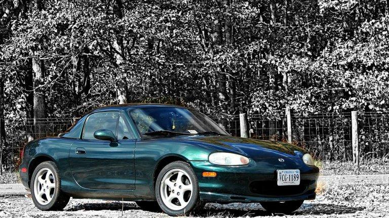 Mazda MX-5Тя е лека, маневрена, лесна за поддръжка двуместна машина, която няма как да не грабне сърцата на западните потребители. Освен това попада в Книгата с рекордите на Гинес като най-добре продаваната двуместна кола в историята.
