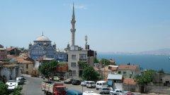 Със своите 3.8 млн. жители Измир е третият по големина град в Турция и второ по значение пристанище след Истанбул. Заради стратегическото му разположение на егейския бряг винаги е бил врата между Изтока и Запада