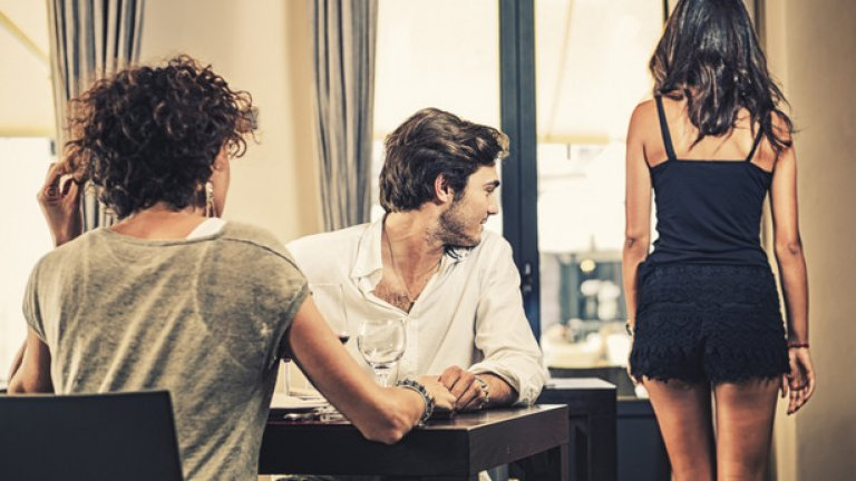 Реплики за други жени  Няма значение от колко време сте заедно и дали изобщо имате връзка, но когато излизате с една жена, не е редно да правите комплименти на други жени наоколо. Това автоматично сваля самочувствието на дамата до вас и я кара да се чувства обезценана или да ревнува, ако имате връзка.  Да обсъждате колко готина е някоя нейна приятелка в присъствие на жената, с която сте, е много-много невъзпитано. Това е такава проява на лош вкус, че чак е странно как толкова много мъже го правят.