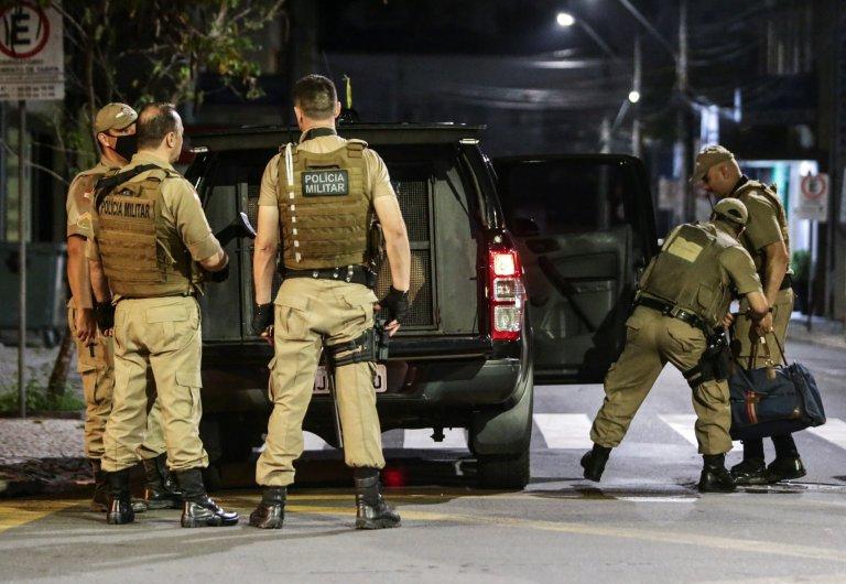 Полицията след обира на мястото на събитието