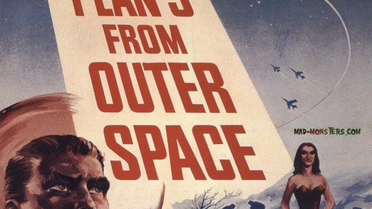 """""""План 9 от космоса""""    Най-прочутият и легендарен лош филм в историята на киното.   """"План девет от космоса"""" е анти-шедьовъра на Ед Ууд, признат за най-слабия режисьор на всички времена.   Боклучавата фантастика носи особено дърводелско очарование и е сред ярките и вдъхновяващи примери за култов филм, спечелил и задържал мястото си в колективното съзнание на киноманитеq въпреки липсата на каквито и да е било технически или драматургични достойнства."""