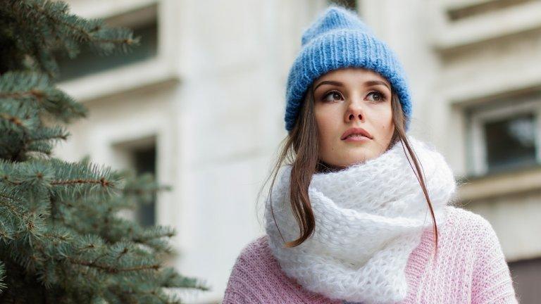 Както тази, така и през следващата година на особена почит ще са шаловете. Но не скритипод връхната дреха, а със силен акцент върху тях. През годините шалът се превърна в идеално допълнение към външния вид, а напоследък и в необходимост тогава, когато човек не избира да носи маска.    Вълнени, плетени с широка плетка, кожени, кашмирени или везани, важното е да позволите на шаловете да се открояват.