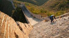 Великата китайска стена е адски стръмна. Един преселник си спомня как е изкачил 4 000 стъпала само за да стигне до възможно най-ниската точка за разходка покрай стената. Разбира се, има и гондола, но това не е важно – бихте искали някой да ви каже какво ви очаква преди да решите да си правите този преход, нали?