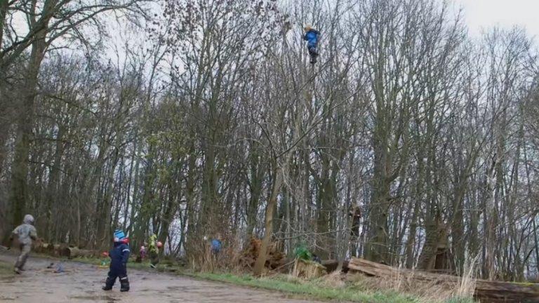 Те обикалят свободно из природата, дялкат пръчки с истински ножове, катерят се по кални възвишения и по високи дървета (като това на кадъра).