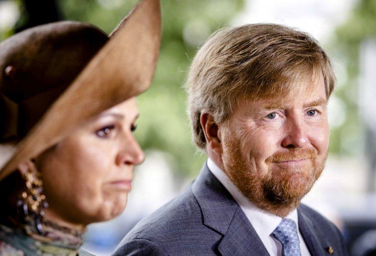 Крал Вилем-Александър и съпругата му кралица Максима изразяват почитта си към Де Врийз