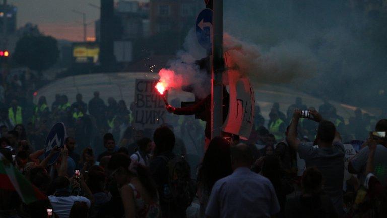 Сблъсък между протестиращи и полицаи пред бившия Партиен дом