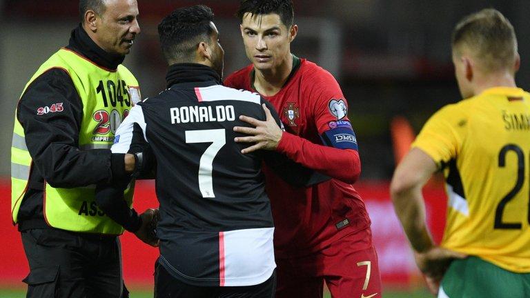Роналдо се радва на вниманието на фен, който нахлу на терена, за да си направи селфи със звездата