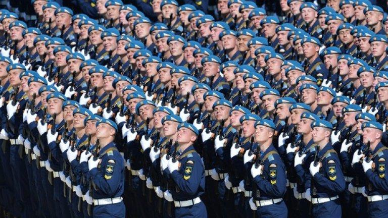 16 500 войници в парадни униформи дефилираха на Червения площад
