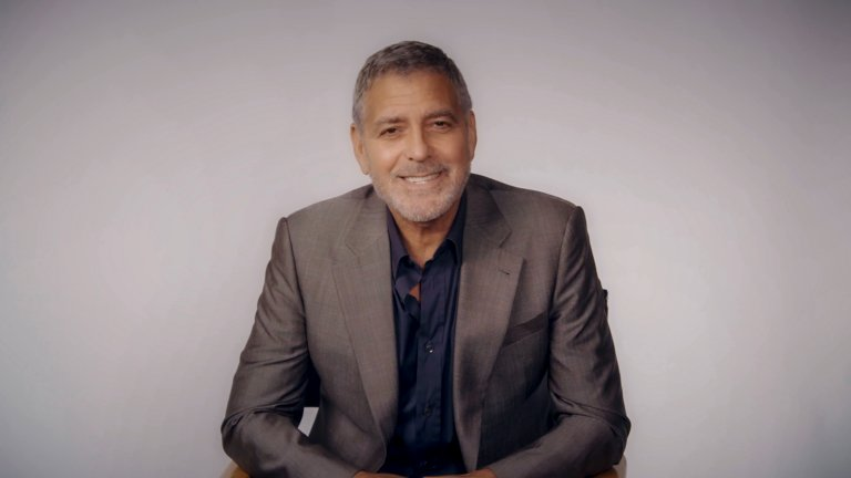 """Джордж Клуни се появява в """"Приятели"""", заедно с колегата си от """"Спешно отделение"""", Ноа Уайли. Те отново са лекари и участват в смешна ситуация, след като Рейчъл и Моника си разменят самоличностите, тъй като Рейчъл няма здравна осигуровка"""