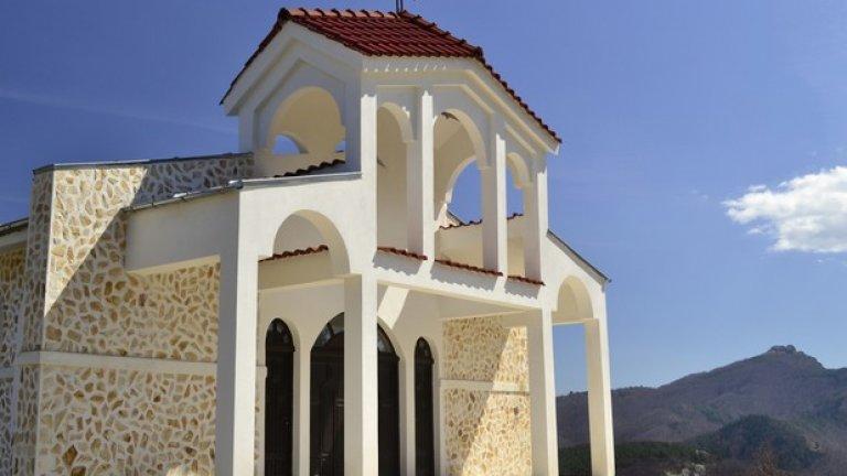 Нетрадиционната архитектура на православния храм и искрящата му белота придават на мястото екзотични средиземноморски нотки.