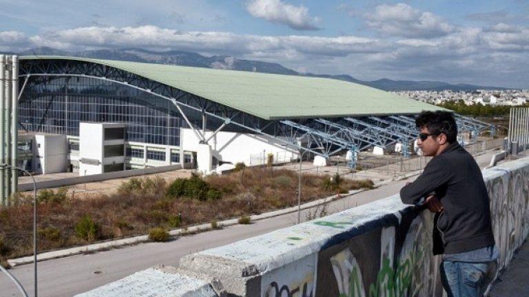 В изоставените олимпийски обекти живеят около 5000 бежанци.