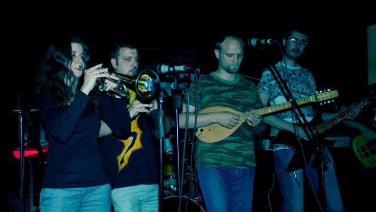 Балканджи Когато говорим за български етнорок, това е групата. Създадена през 1999 г., групата свири и до днес като парчетата им лесно се забиват в главата, карайки те да пееш. Плътният глас, тежките китари и народните инструменти се вплитат в приятна мелодия, която гали ухото и те подтиква да потропваш с крак (или да развяваш байрак, зависи от настроението).