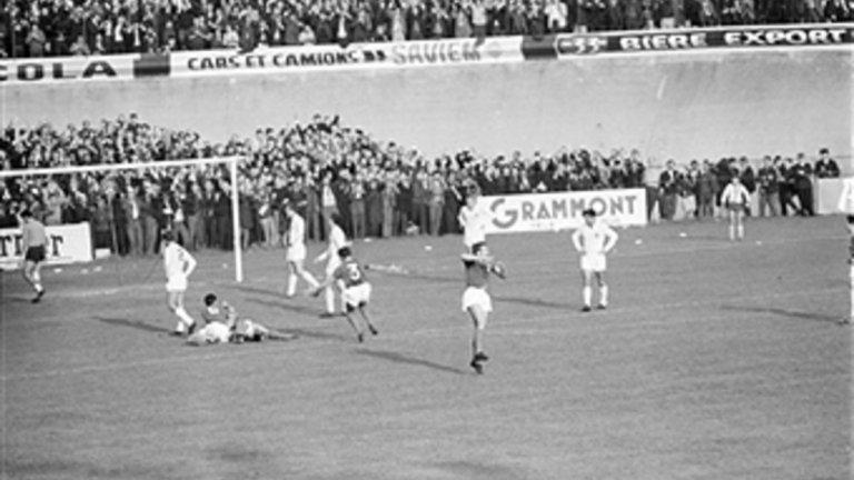 """Югославия, Мондиал 1966 Този тим на Югославия достигна полуфиналите на Мондиал 1962, а по-късно игра и финал на Евро 1968, след като отстрани актуалният световен шампион Англия на полуфиналите. Месец преди Мондиал 1966 пък Партизан победи Манчестър Юнайтед в полуфиналите на КЕШ, преди да загуби финала от Реал Мадрид. В състава на това велико поколение блестят вратарят Милутин Соскич, либерото Велибор Васович и Драган Джаич на крилото, но отборът така и не се класира за въпросното световно. Квалификациите започват добре за Югославия, след победи над Люксембург и Франция, но през юни 1965-а отборът претърпява тежко поражение с 3:0 в Норвегия. Накрая именно """"петлите"""" елиминириха Югославия след 1:0 във Франция."""