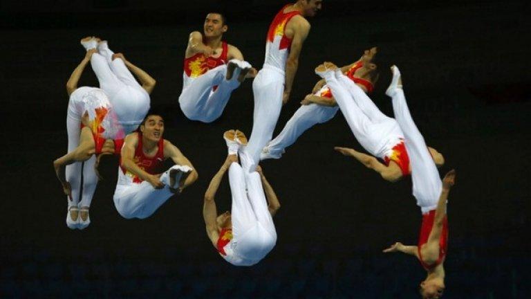 """Китайският гимнастик Ту Ксиао по време на едно от изпълненията си в дисциплината """"скок на трамплин"""" по време на 17-те Азиатски игри"""