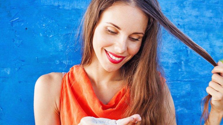 Бебешка пудра вместо сух шампоанКлипове в интернет твърдят, че бебешката пудра може да спомогне на омазнената коса и да забави миенето ѝ с няколко дена. Пудрата обаче обикновено е на основата на талк и би могла да навреди на чувствителния скалп и да доведе до неприятен пърхот. Затова заложете на истински сух шампоан, а не на поредния глупав трик из мрежата.