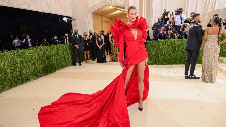 Карли КлосКлос предпочете яркочервена рокля на Carolina Herrera със смела дължина и деколте.