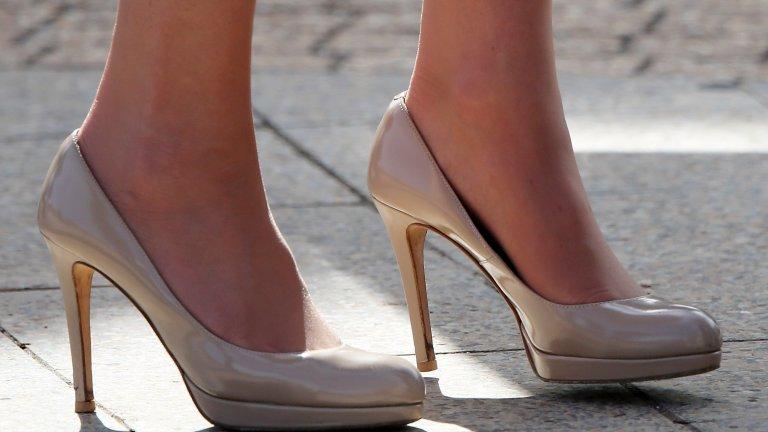 Обувки, които са с един номер по-големиОбувките на ток могат да са крайно неудобни и по-лошото - да направят ужасни рани по петите. Затова при някои официални поводи жените от кралското семейство предпочитат половин или един номер по-големи обувки, които да не скъсат фините чорапогащници и да не направят пришки.