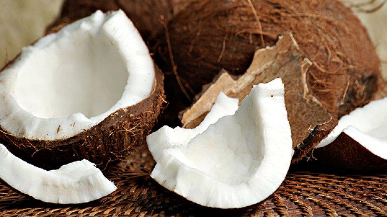 Кокосови орехи Изглежда малко нетипично кокосов орех да ви удари по главата, нали? Грешите. Смъртните случаи, причинени от паднали кокосови орехи са около 15 пъти повече в сравнение с тези от атаки от акули. 1050 души в света умират от паднали кокосови орехи само за една година.
