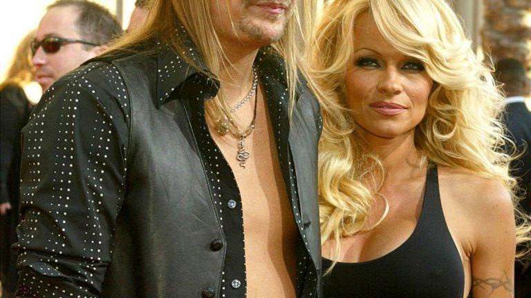 """Памела Андерсън и Кид Рок   Това всъщност не е първият светкавичен развод за сексапилната блондинка. В миналото и тя, и Кид Рок са известни купонджии, които се движат на ръба на скандала, а понякога не се притесняват и да прекрачат границата. След години на срещи, събирания и раздели, през юли месец 2006 г. актрисата и изпълнителя решават да си кажат заветното """"Да"""". Сватбата е меко казано екстравагантна - церемонията се състои на яхта, а Памела е облечена само в бял, доста изрязан бански. Бракът се оказва трудна задача за Рок и Андерсън и през ноември същата година те подават документи за развод."""