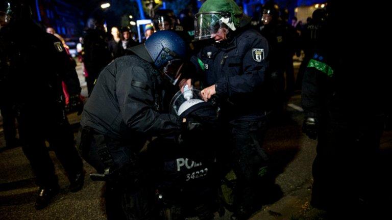 Полицаи помагат на своя пострадала колежка