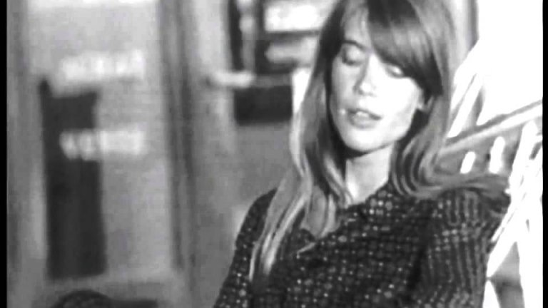 Франсоа Харди - SoleilФренската певица Франсоа Харди също изгрява през 60-те и влиза в общия тон на времето, за да възпее с китарата си и на езика на Виан най-голямата звезда на света, която направлява живота ни.