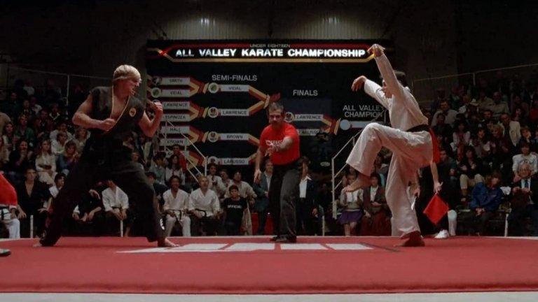 """Karate Kid  Няма как да се води разговор за филми за бойни изкуства без да се спомене и """"Карате кид"""". Той стана толкова култов, че препратки към него продължават да се правят в много днешни филми и сериали, а за милиони хора по света думите """"Кобра Кай"""" все още са синоним на злото и несправедливостта. Нещо, което едноименният сериал сега се опитва да поправи."""