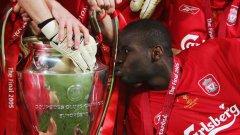 Левият бек от Мали целува европейската купа през 2005