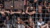 Разпространението на COVID-19 превръща пренаселените затвори в дори още по-голям ад