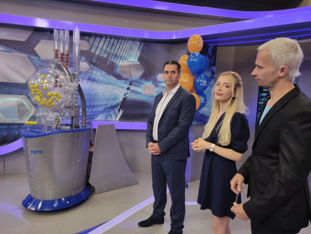Любомир Петров с водещите Марина и Део