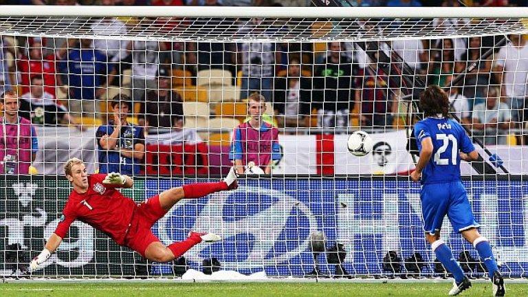"""Дузпата """"а ла Паненка"""" срещу Англия на Евро 2012  Да решиш да копнеш топката от бялата точка в стил """"Паненка"""" точно по време на дузпите на четвъртфинал от Европейско първенство? Пирло е сред играчите, които са способни да вземат такова решение и да го превърнат в триумфален успех. Вратарят на англичаните Джо Харт опита да го разконцентрира със смешни движения преди изпълнението, но самият Харт стана за смях, когато се хвърли към ъгъла и изгледа как елегантно копнатата топка влиза във вратата му."""