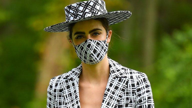 """""""Усещаш, че зимата е дошла, когато не свалиш маската си навън, просто защото ти топли"""" - все по-често ще се случва. Но освен необходимост, тя се превръща уверено и в моден атрибут. Най-често се съчетава с цвета на шапката и се използва като потвърждение за стила на човек. Тази тенденция се зароди още през пролетта, когато модните дизайнери бързо реагираха на нуждата от стилни и елегантни покривала за носа и устата."""