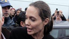 Американската актриса Анджелина Джоли отиде на посещение в бежански лагер в Гърция, в близост до пристанището в Пирея