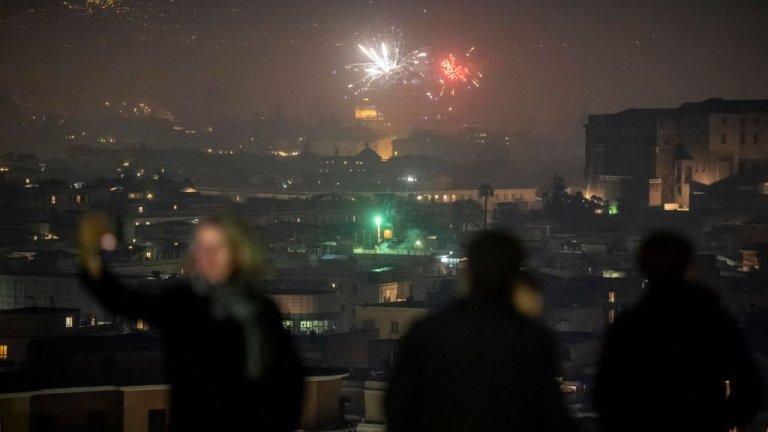 Рим  В Италия всички зимни празници минаха под знака на забраната жителите да напускат градовете си по местоживеене. Затова пък живеещите в Рим например наблюдаваха от високо новогодишната заря.
