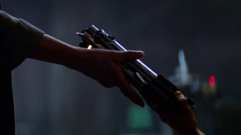Този кадър от трейлъра, в който е показано предаване на лазерен меч, изглежда включва не-човешка ръка, вероятно от героинята, играна от Лупита Нионго