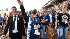 В Беларус Марадона беше посрещнат от стотици фенове, а от клуба му бяха организирали специално посрещане, като го чакаха с хляб и сол