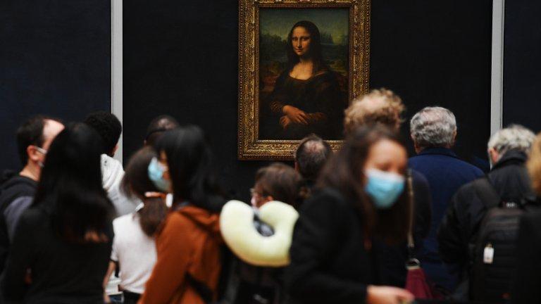 """Изчезналата усмивка на Мона Лиза Кражбата през 1911 г. на """"Мона Лиза"""" от Лувъра в Париж изглежда като измислена история заради елементарния начин, по който е действал крадецът. Единственото, което италианецът Винченцо Перуджа е направил, е да се снабди с бяла престилка.  Перуджа познавал добре Лувъра, тъй като работел там, и кражбата на най-известната картина на Леонардо да Винчи за него била като детска игра. Вечерта след работа се скрива в един шкаф, а на сутринта взима картината, скрива я под престилката и излиза през парадния вход. Скандалът с открадната """"Мона Лиза"""" затваря границите на Франция. Заподозрени са големите художниците по това време, включително Пабло Пикасо. Накрая полицията я открива в куфарче с двойно дъно, докато Перуджа се опитвал да я пренесе нелегално във Флоренция."""