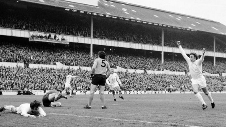"""2. Тотнъм 1:1 Уулвърхемптън, май 1972 г. От всички възможни съперници за финала на Купата на УЕФА Тотнъм най-малко предпочита Уувърхемптън, а причината няма нищо общо с футбола. Всъщност, на жените на футболистите е обещана безплатна екскурзия до града, от който е съперника, а всички се надяват на нещо по-екзотично. """"Шпорите"""" бият с 2:1 в гостуването си, а на """"Уайт Харт Лейн"""" изиграват слаб двубой, в който треперят до последно, но измъкват 1:1."""