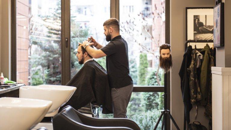 """Намиращата се близо до """"Жолио Кюри"""" бръснарница излиза извън границите на тази услуга - тя е и арт пространство, и социално такова, в което мъже идват не само, за да освежат външния си вид, но и да пийнат бира и да прекарат добре времето си."""