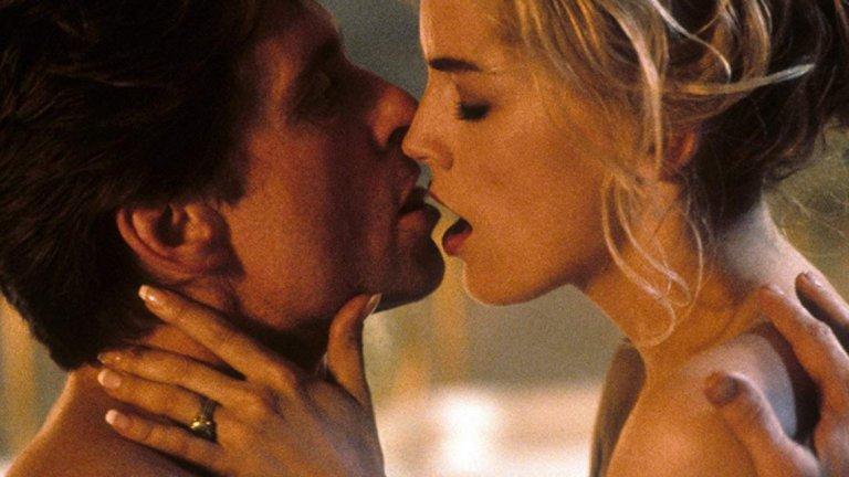 """Първичен инстинкт   През 80-те и 90-те Майкъл Дъглас определено не се притесняваше от предизвикателните сцени с красиви негови колежки. """"Първичен инстинкт"""" на Пол Веховен е своеобразна кулминация в тази епоха от кариерата му.   Моментите, в които е с Катерин Трамел, са наситени с еротика и напрежение, защото, все пак, госпожица Трамел е заподозряна в убийство. Любим момент? Този, в който под леглото на писателката се мярка и шило за лед..."""