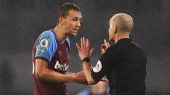 Томаш Сучек гледа с неразбиране Майк Дийн, който му показа директен червен картон в края на лондонското дерби между Фулъм и Уест Хем.