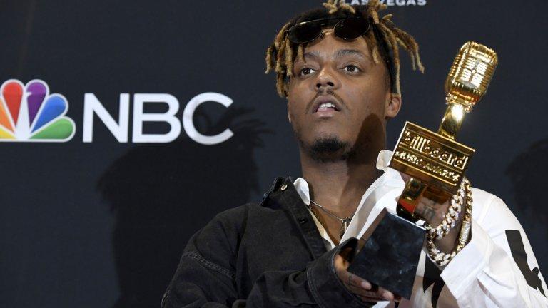 """Джус Уърлд21-годишната надежда на рапа почина внезапно на летище Мидуей в Чикаго след """"спешен медицински случай"""". На музикалните награди на сп. """"Билборд"""" през май тази година Джус Уърлд беше обявен за най-добър млад изпълнител на годината. Хитът му Lucid Dreams, базиран върху песен на Стинг, стана шесторно платинен и достигна номер две в класацията за сингли Хот 100."""