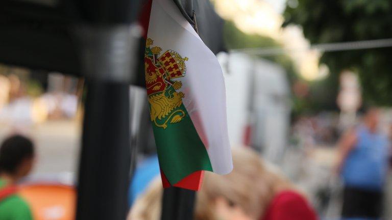 Не, на българския флаг няма герб, няма и други символи или шарении. И да, поставянето им е обида за знамето