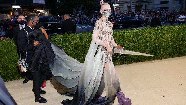 """ГраймсПоловинката на Илон Мъск - певицата Граймс - взе пример от екранизацията на """"Дюн"""" по нейни собствени думи. И, да, маската ѝ наистина е метална."""
