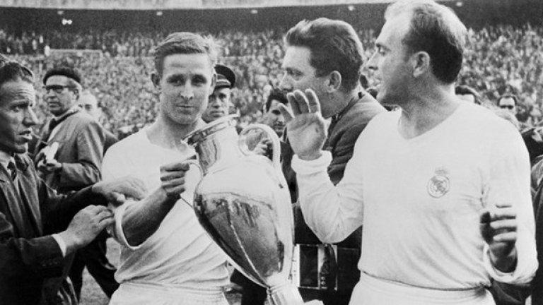 Реал (Мадрид) празнува победата си след 2:0 над Фиорентина през 1957 г.