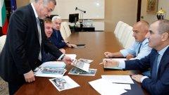 """Не опозицията, а коалиционният партньор ВМРО вдигна кръвното на Бойко Борисов с протеста си срещу по-високия акциз - затова премиерът заплаши да си """"удържи"""" липсващите 30 милиона лева от портфейла на Каракачанов за """"танкове и изтребители"""""""